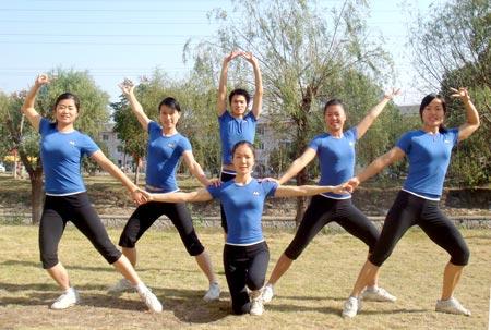 粉红操穴图片_健美操队六人组的成员比赛前进行的彩排.