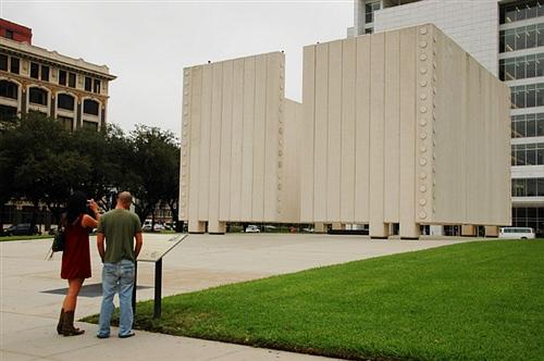 肯尼迪總統就是在這個城市遇刺而亡的,這是紀念他的碑