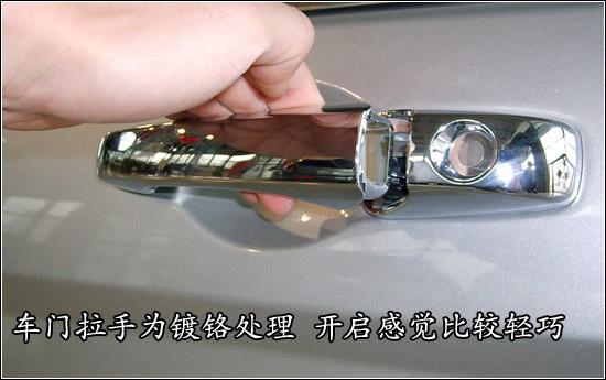 二 车门部分:   打开发动机盖后发现铂锐的发动机盖仍然式高清图片