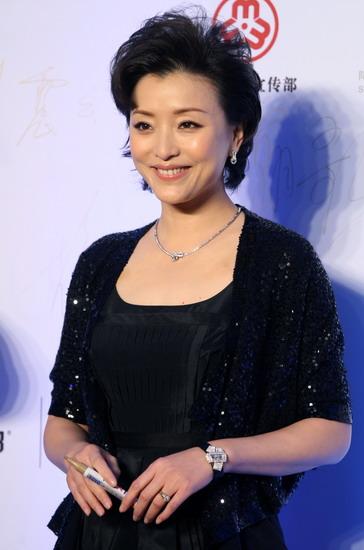 杨澜-周迅当选职场女性榜样 着旗袍装领奖气质不俗